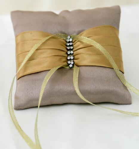Подушечка для обручальных колец с золотой лентой
