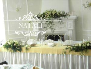 украшение камина и стола молодых цветами