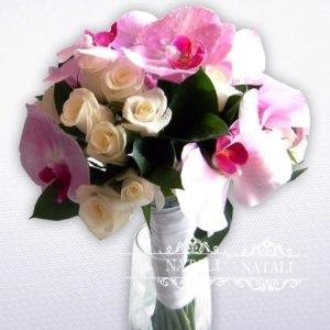 свадебный букет на открытых стеблях из орхидей и роз