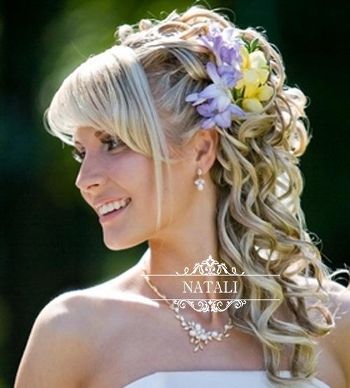фрезии в прическе невесты