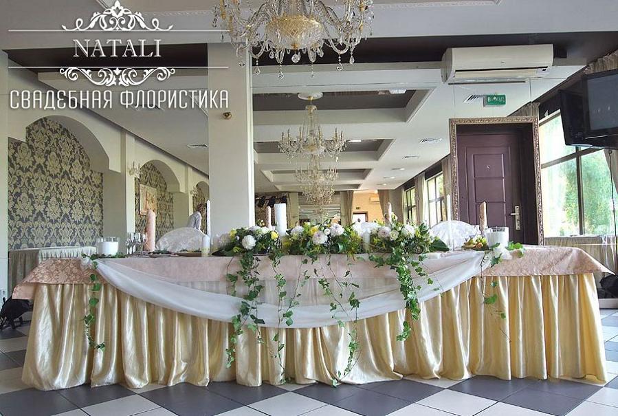 Свадебная композиция из цветов на стол молодых