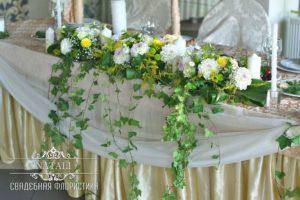 летнее оформление цветами стола молодоженов