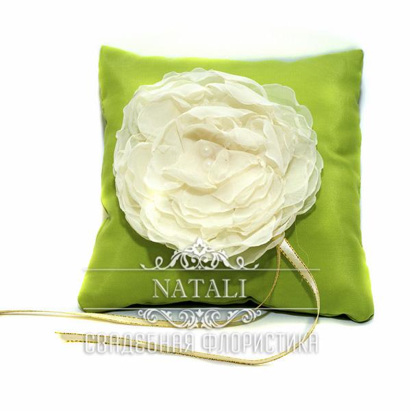 Салатовая подушка для колец с кремовым пионом