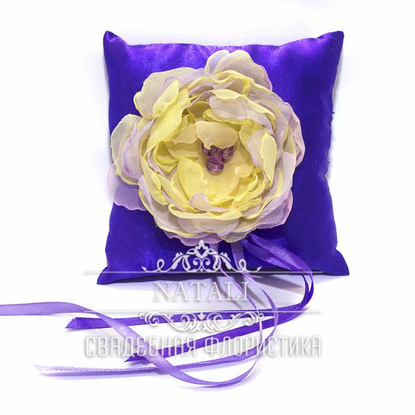 Фиолетовая подушка для колец с кремовым пионом