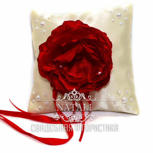 Молочная подушка для колец с красным пионом