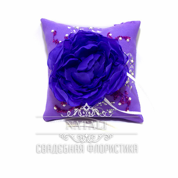 Фиолетовая подушка для колец с фиолетовым пионом