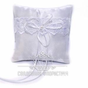 Белая подушка для колец с белым кружевом