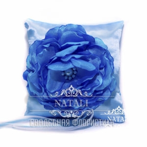 Голубая подушка для колец с синим пионом