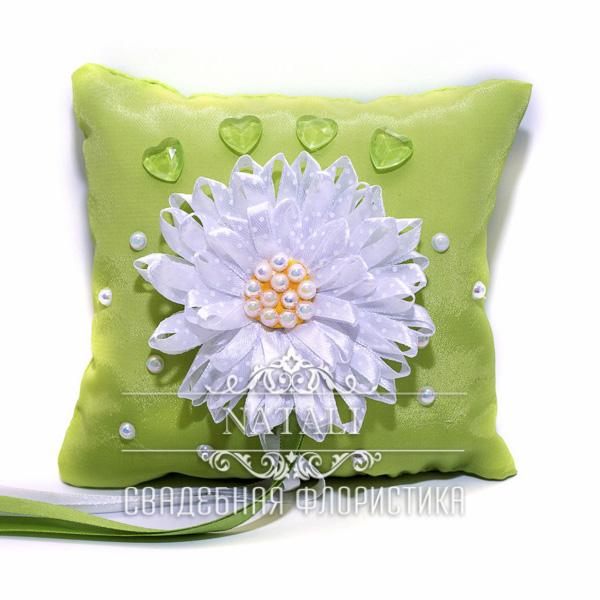 Салатовая подушка для колец с белой ромашкой