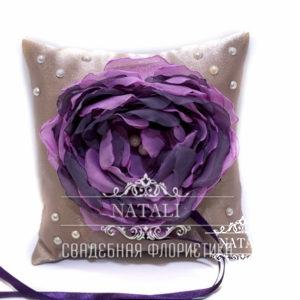 Подушка для колец с фиолетовым пионом