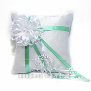 Белая подушка с маленькой ромашкой