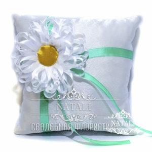 Белая подушка для колец с большой ромашкой