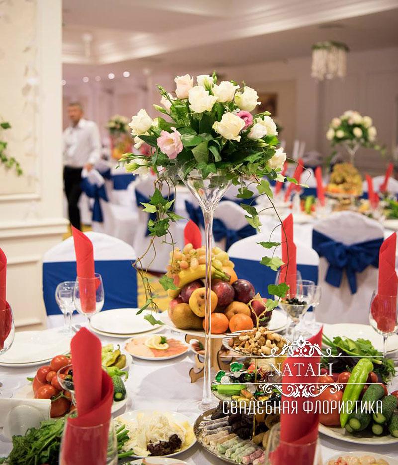 Свадебное украшение зала отеля цветами в Киеве
