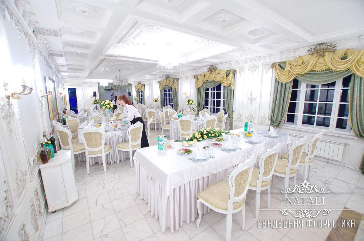 свадебный зал украшен цветами