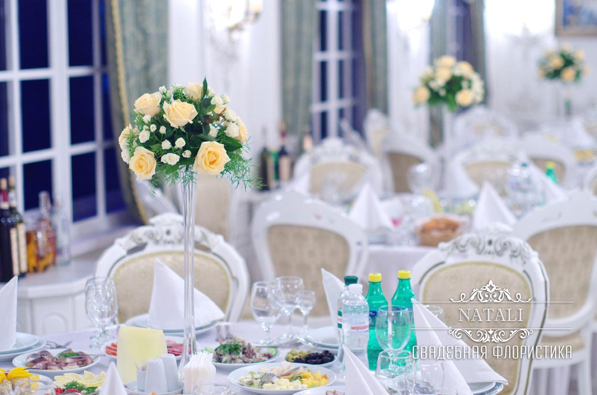 Композиции из роз на свадебных столах