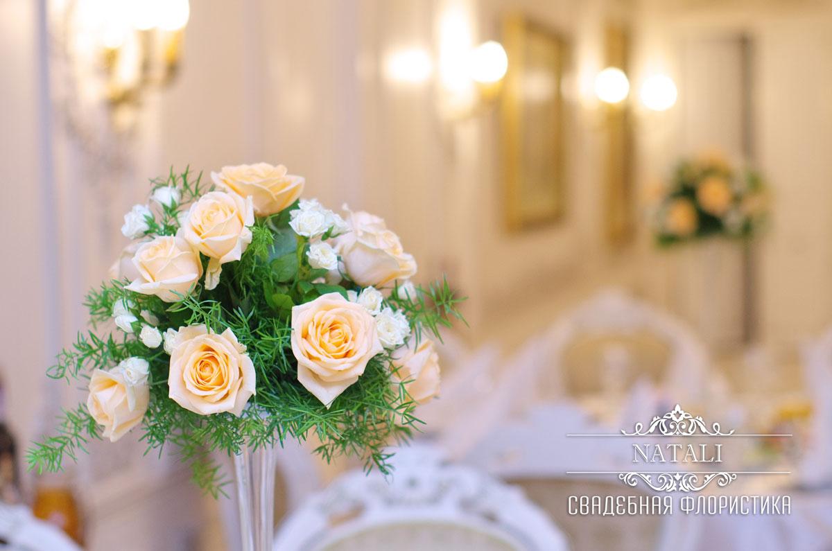 Цветочная композиция из персиковых роз