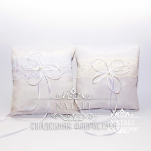 Белая подушка для колец с белыми лентами