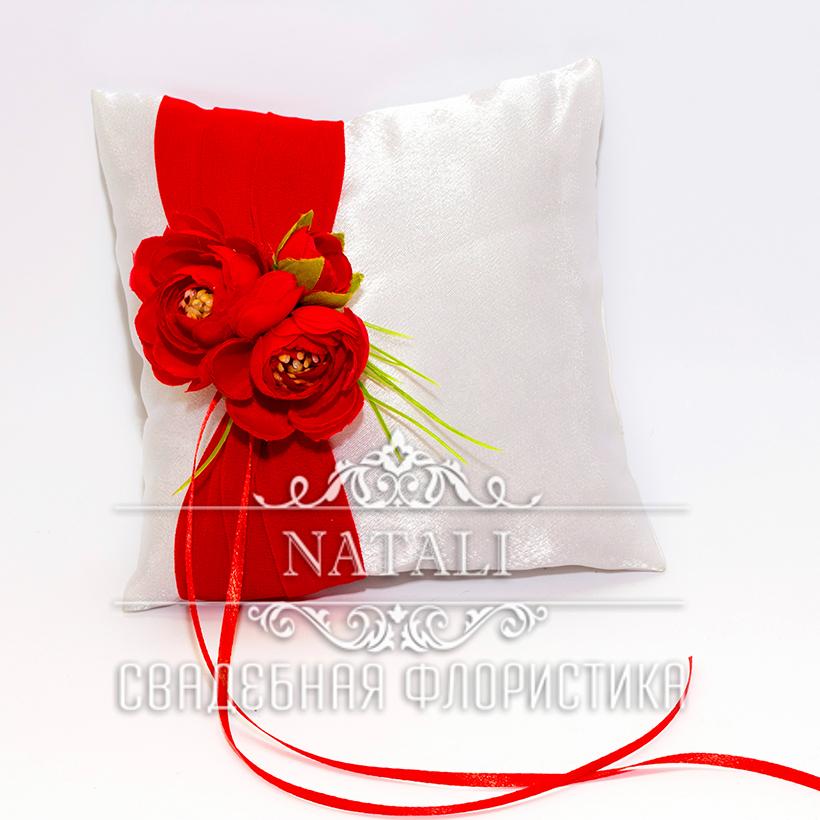 Белая подушка для колец с красной лентой и розами