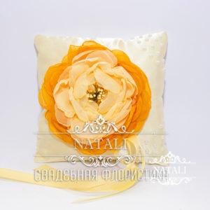Кремовая подушка для колец с оранжевым пионом