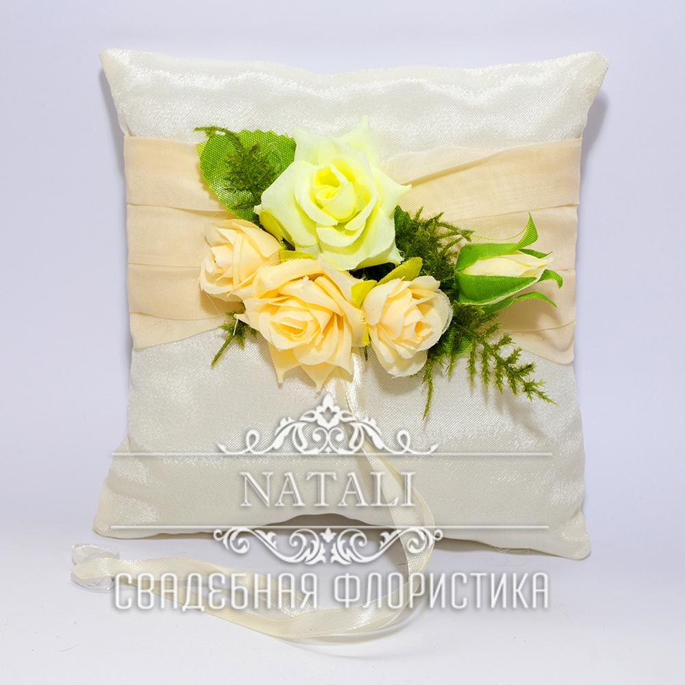 Белая подушка для колец с лентой и розами