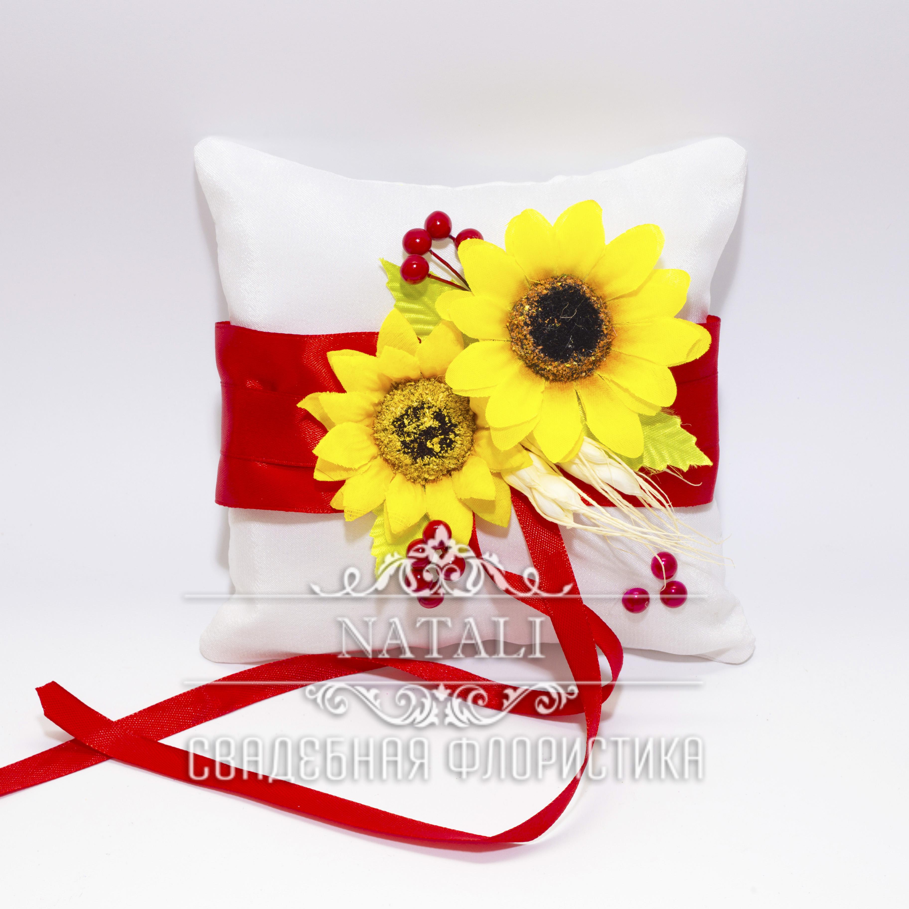 Белая подушка для колец с подсолнухами