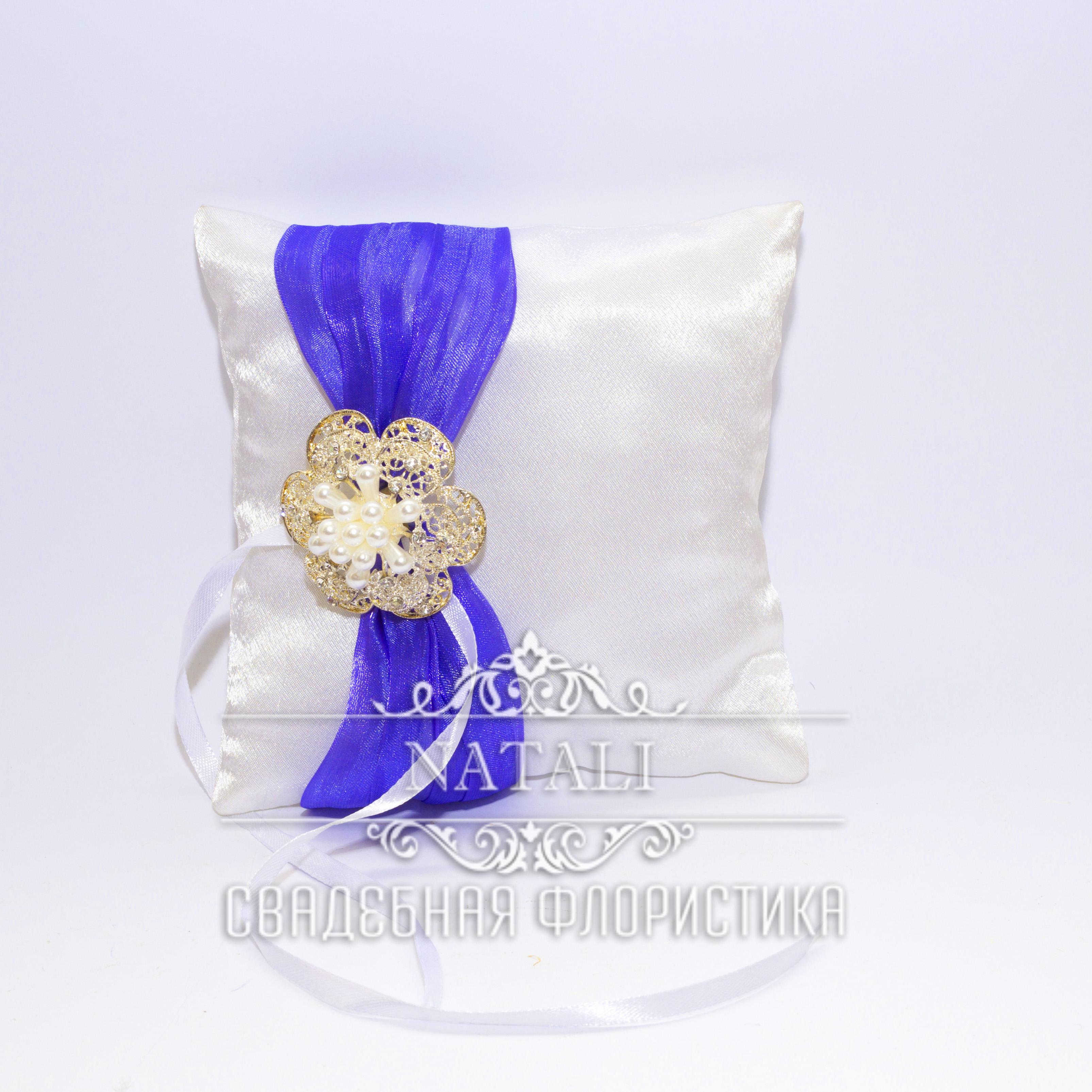 Белая подушка для колец с фиолетовой лентой и брошкой