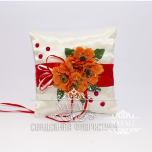Белая подушка для колец в украинском стиле