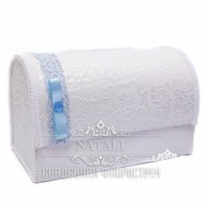 Белый сундучок для сбора денег с голубой лентой