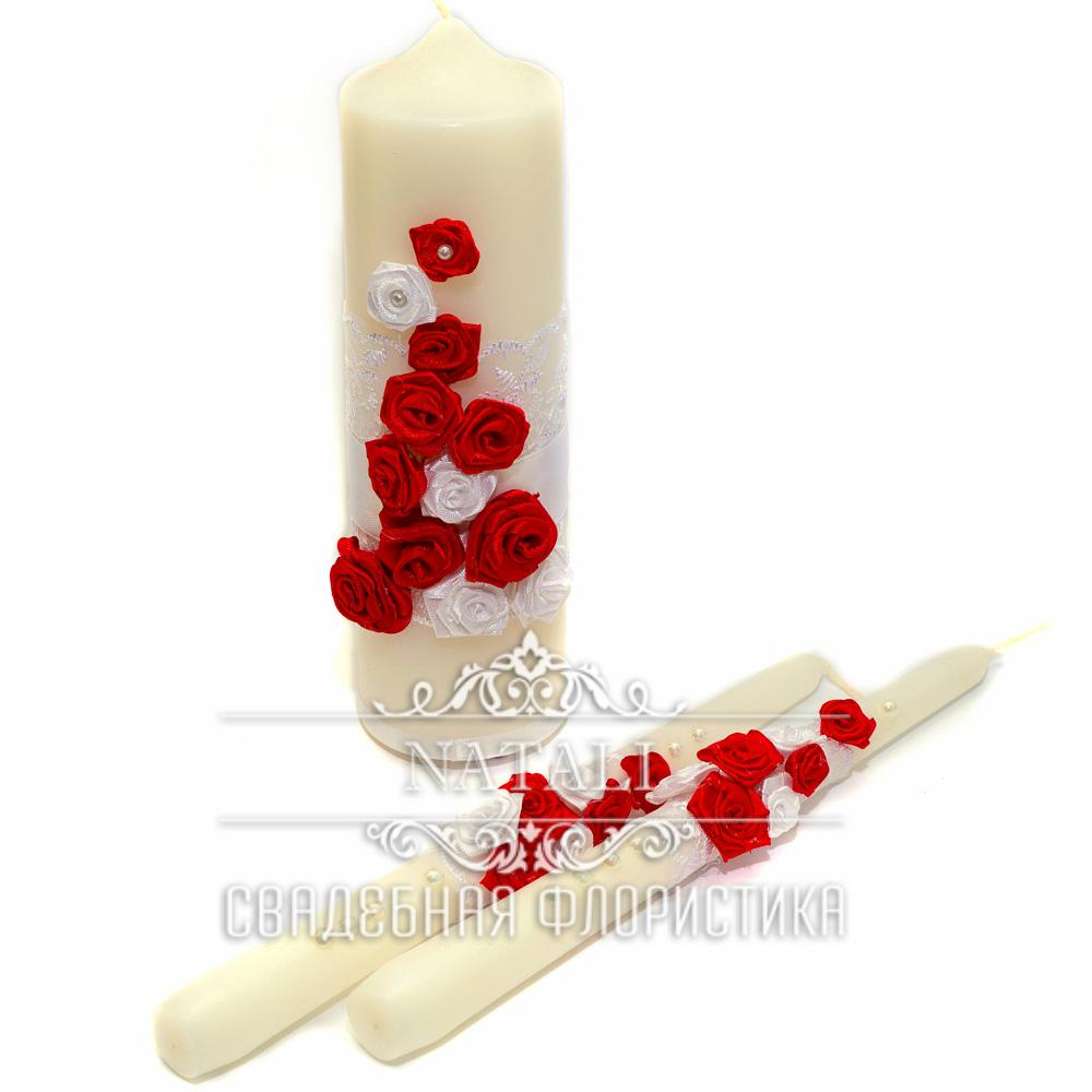 Три свадебные свечки с красными цветами