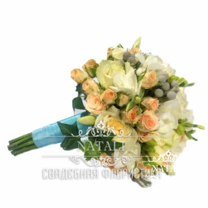 Свадебный букет из роз и брунии