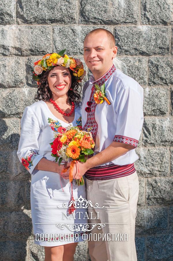 Жених и невеста с букетом в украинском народном стиле