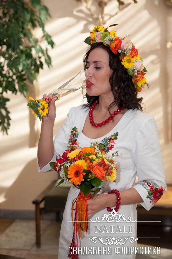 Веночек, свадебный букет и декор бокалов в украинском народном стиле