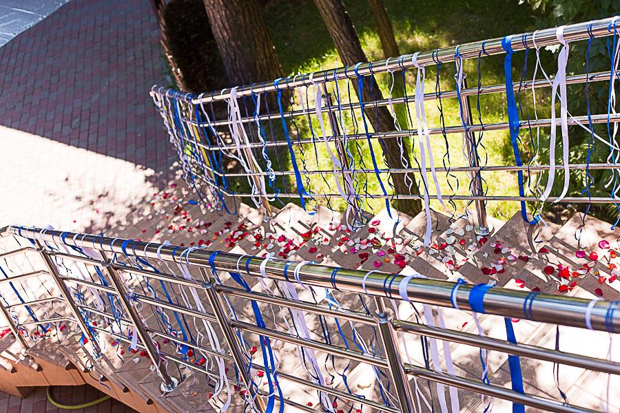 украшение лестниц атласными лентами
