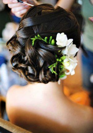 Цветы фрезии в свадебной прическе