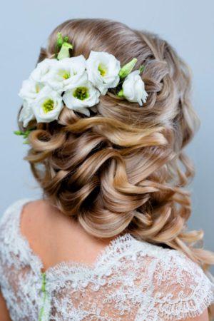 эустома в свадебной прическе невесты