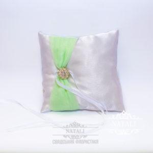 Свадебная подушка нежно салатовая с брошкой