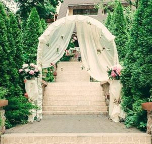 Тканевая свадебная арка как фотозона