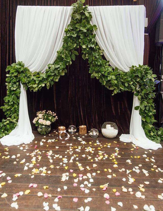Свадебная арка из зеленых веток