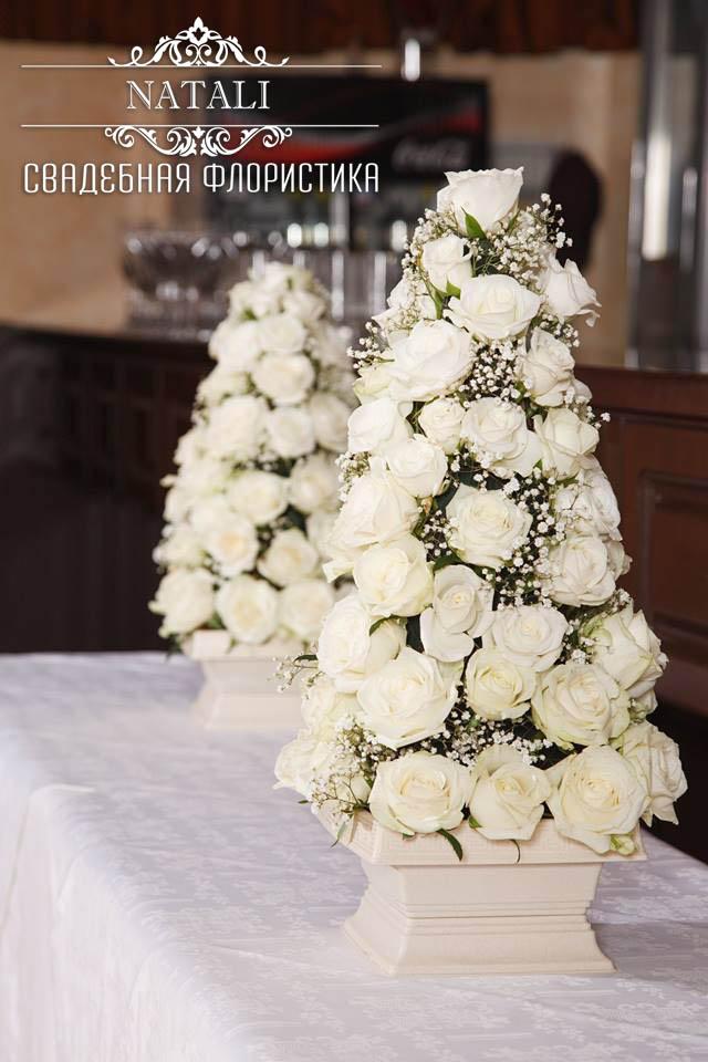 пирамиды из белых роз