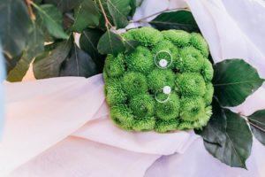 свадебная подушечка на выездную церемонию из зеленых хризантем