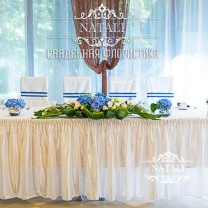 Цветочная cвадебная композиция на стол молодоженов в синем цвете