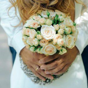 Нежный свадебный букет из кустовой розы