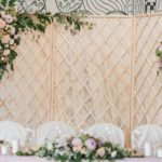 Ширма за свадебным столом молодоженов