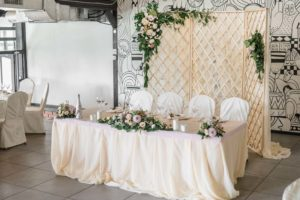 Декоративная ширма за свадебным столом молодоженов
