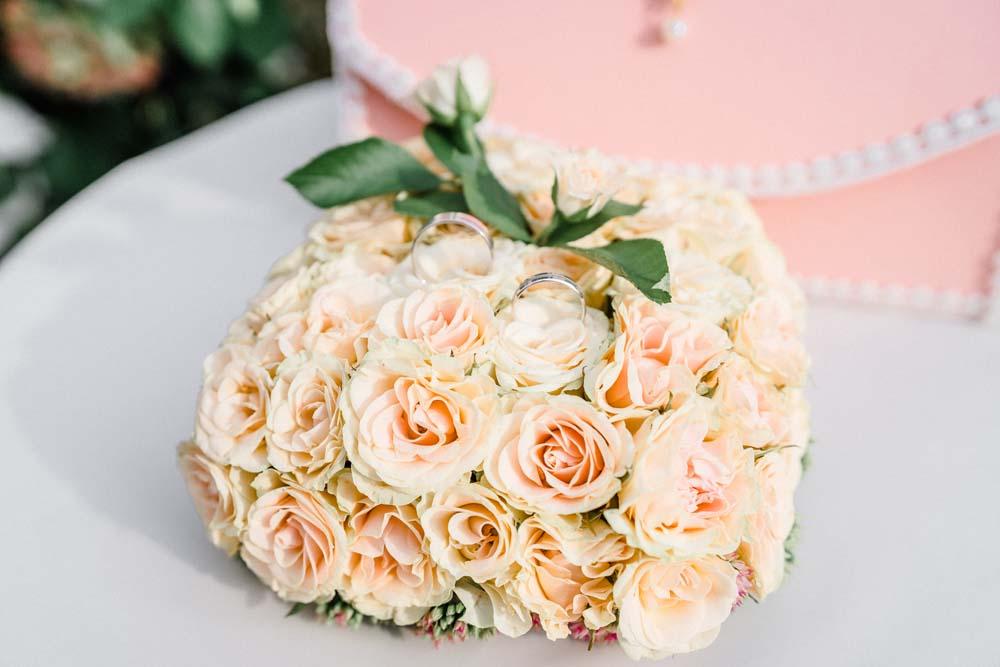 Свадебная подушечка под обручальные кольца из живых цветов
