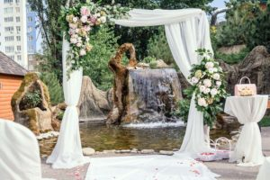 Свадебная арка из живых цветов на выездную церемонию