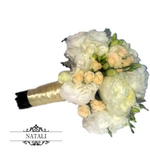Букет невесты из пионов и кустовой розы