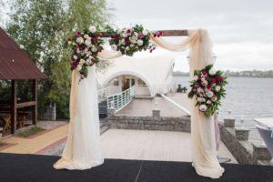 Свадебная деревянная арка из живых цветов