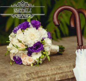 Свадебный букет с эустомой чернильного цвета