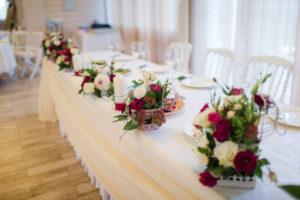 яркое в бордовом и белом цвете оформление свадебного зала